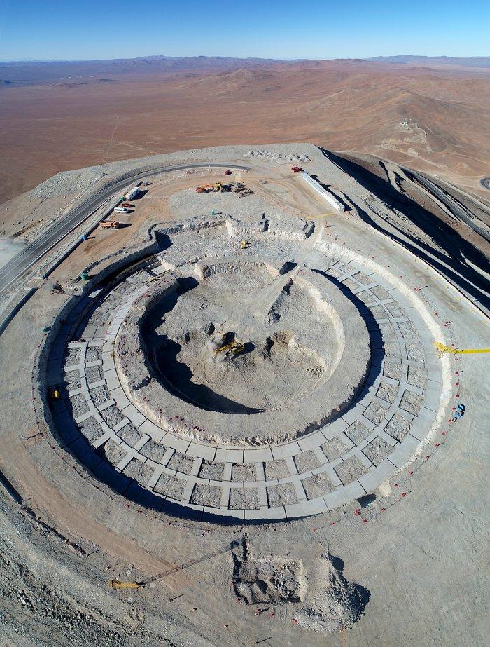 Staveniště extrémně velkého dalekohledu ESO (ELT) ve vzdálené chilské poušti Atacama. Uznání: G. Hüdepohl / ESO