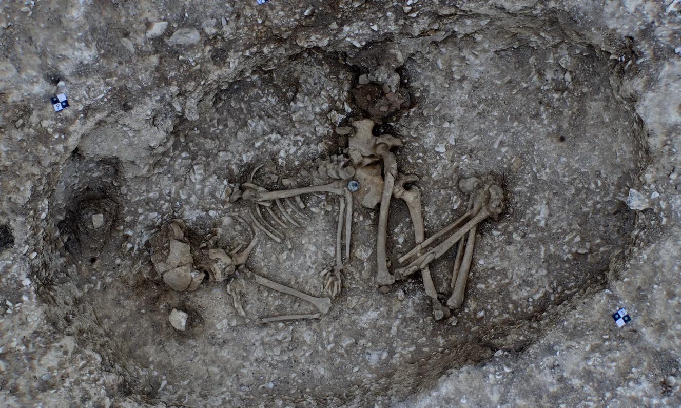 Hrob ženy ve věku 20 let, přikrčený kolem hrnce nebo kádinky, našli archeologové jen kousek od neolitického kamenného kruhu v Stonehenge. Předpokládá se, že pochází z doby před asi 4500 lety. (Obrázek: © Wessex Archaeology)