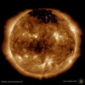 Sluneční vítr proudící z této koronální díry by měl dorazit na Zemi 26. září. Kredit: SDO/AIA